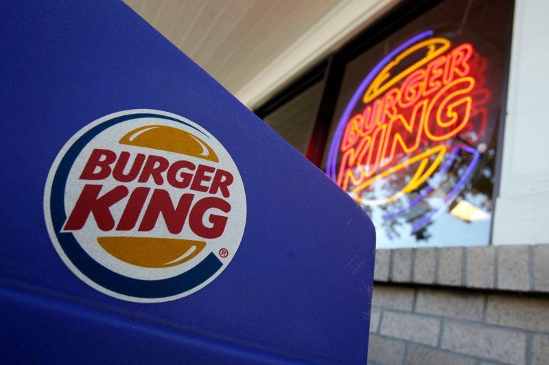 Burger King a annoncé ce jeudi son retour en France après 15 ans d'absence dans l'Hexagone. La chaîne de restauration rapide américaine ouvrira son premier restaurant dans l'aéroport de Marseille, puis un deuxième sur l'aire d'autoroute de Reims. Une annonce qui fait la joie des amateurs du célèbre sandwich Whopper.
