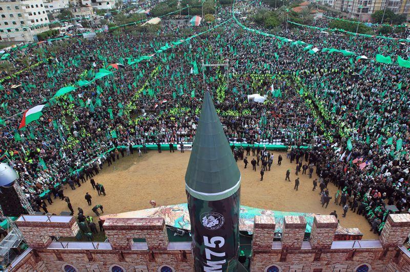 Des dizaines de milliers de Palestiniens se sont massés samedi sur la place de la Katiba, dans la ville de Gaza, pour assister aux célébrations du 25e anniversaire de la création du Hamas , le parti au pouvoir depuis 2006. Cette anniversaire, célébré avec quelques jours d'avance, coïncide avec celui de la première Intifada palestinienne, qui avait éclaté le 8 décembre 1987 dans la bande de Gaza. Près de 200.000 personnes étaient attendues ce samedi pour la manifestation.