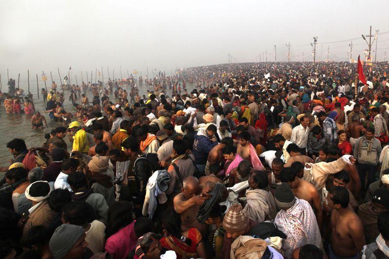 Dès le premier jour, plusieurs centaines de milliers de personnes se sont rassemblées sur la rive du Gange pour célébrer le début du Maha Kumbh Mela. Le rassemeblement durera près de deux mois.