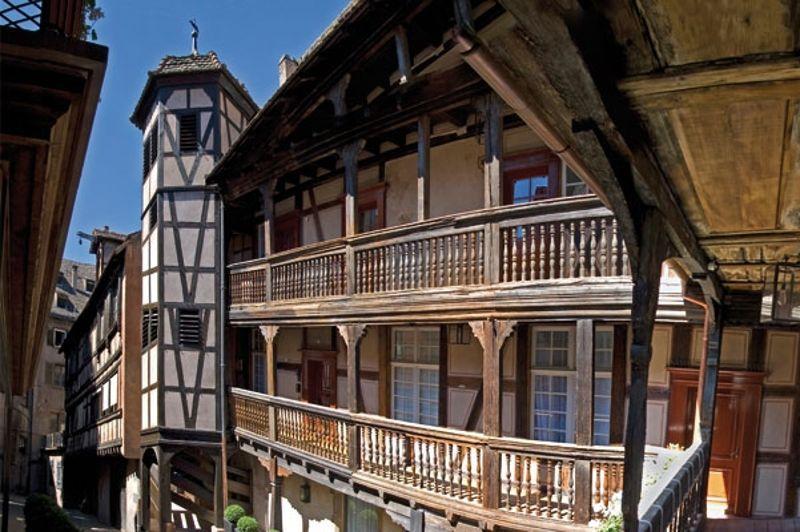 Situé à Strasbourg, l'<b>Hôtel quatre étoiles de la Cour du Corbeau</b> est un relais de poste de 1528 à 1880. Laissé à l'abandon pendant trente ans, cet hôtel de style Renaissance a été classé monument historique en 1930. L'établissement a rouvert le 1er mai 2009 après avoir été racheté par la famille Scharf qui détient d'autres hôtels quatre étoiles de la ville, associée à la famille Morel, propriétaire d'établissements à Saint-Martin. Un an plus tard, l'hôtel intègre le groupe Accor. Constitué de 57 chambres dont 19 suites, il se situe en plein centre-ville à quelques pas de la cathédrale. Tarif minimum: 159 euros par nuit.