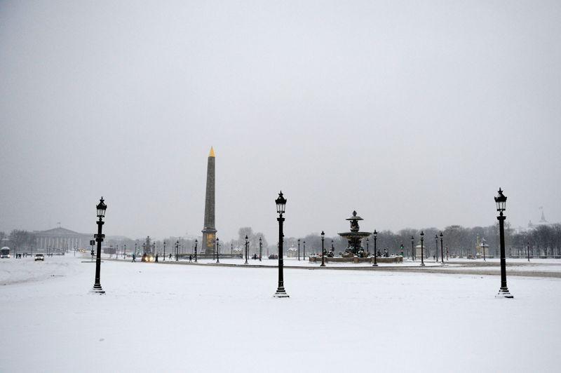 Les Parisiens ont découvert au réveil un spectacle inhabituel: la capitale recouverte d'une fine couche de neige uniforme pouvant atteindre cinq centimètres (ici la place de la Concorde).