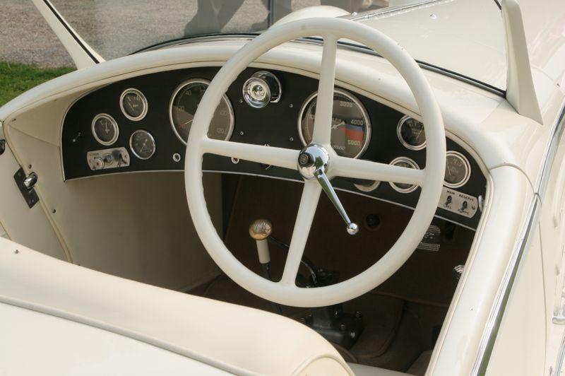 Ancêtre des exercices de style modernes, l'Alfa Romeo 6C 1750 GS habillée par le carrossier italien Touring a marqué un tournant dans l'histoire du design avec sa robe blanche agrémentée d'une sellerie et d'un volant à quatre branches - blancs également. Aucun juge du concours de la Villa d'Este ne sut résister à la beauté de la Flying Star, qui remporta l'édition de 1931.