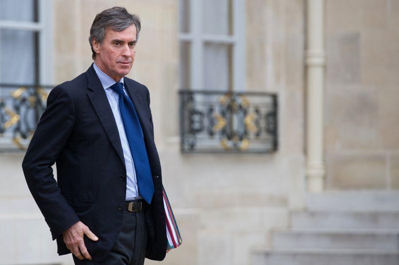 <b>Jérôme Cahuzac:</b> Le ministre du Budget est l'une des pièces maîtresse du gouvernement. Débatteur hors pair, apprécié à droite, il est réputé pour sa maîtrise des dossiers. Mais ce chirurgien de 60 ans, qui a fait fortune dans les implants capillaires, est accusé par Mediapart d'avoir détenu un compte bancaire en Suisse jusqu'en 2010. Ce qu'il dément fermement. Le 8 janvier, le parquet de Paris a annoncé l'ouverture d'une enquête préliminaire pour blanchiment de fraude fiscale afin de vérifier la véracité des allégations de Médiapart. Une procédure qui permettra, selon le ministre, de prouver «sa complète innocence».