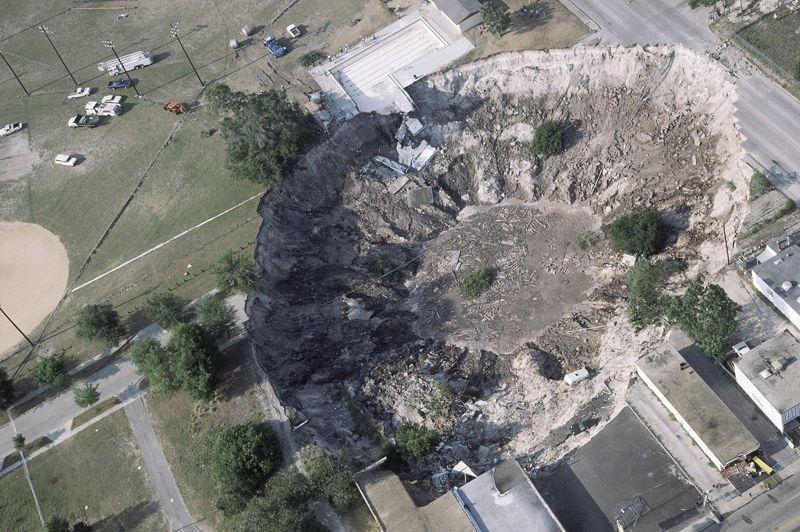 Le «sinkhole» (littéralement trou d'évier) que l'on appelle notamment doline en français est un affaissement de terrain abrupt. La plupart de ces cavités se forment quand les pluies acides dissolvent la roche calcaire ou assimilée sous la surface. Cela crée un immense vide qui s'effondre lorsque le poids à porter en surface est trop lourd. Ces affaissements sont monnaie courante en Floride, comme ici en 1981 à Winter Park, car le calcaire est la roche la plus répandue dans cet Etat,<a href=