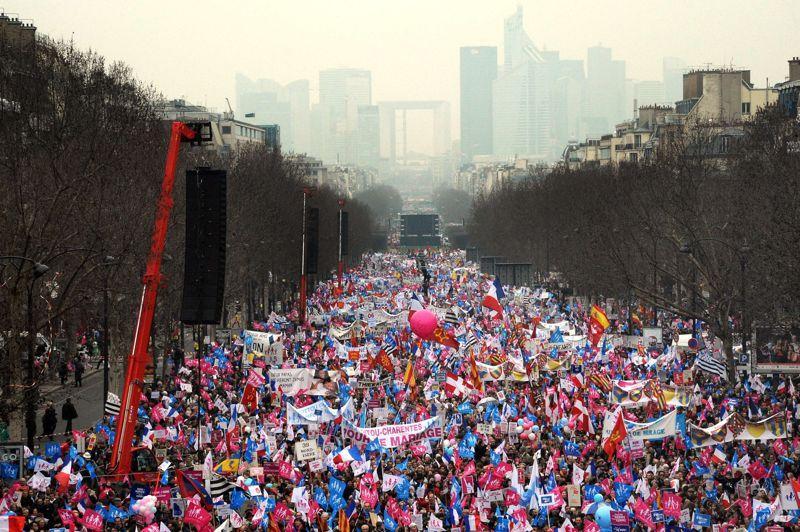 Plusieurs centaines de milliers d'opposants au mariage pour tous étaient rassemblés cet après-midi à Paris sur un axe allant de l'arche de la Défense à l'Arc de triomphe pour demander une nouvelle fois le retrait d'un texte déjà voté à l'Assemblée. Selon les organisateurs, 1,4million de personnes ont répondu à leur appel. La police, elle, compte 300.000 personnes.