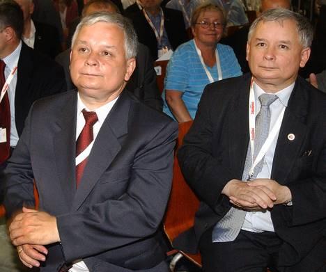 Les frères Lech (président) et Jaroslaw (premier ministre)Kaczynski.