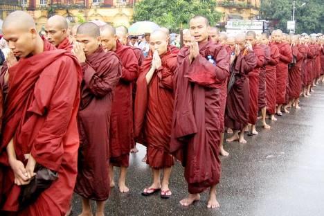 Les bonzes birmans à la tête de 20.000 manifestants