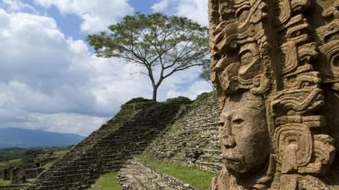 Il y a onze siècles, la civilisation maya disparaissait ; depuis, la pyramide de Tonina tente