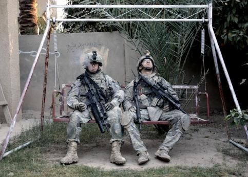 10h07, Muqdadiyah. Ces soldats américains font une pause cigarette dans la cour de la maison qu'ils viennent de fouiller, dans cette ville au nord de l'Irak.