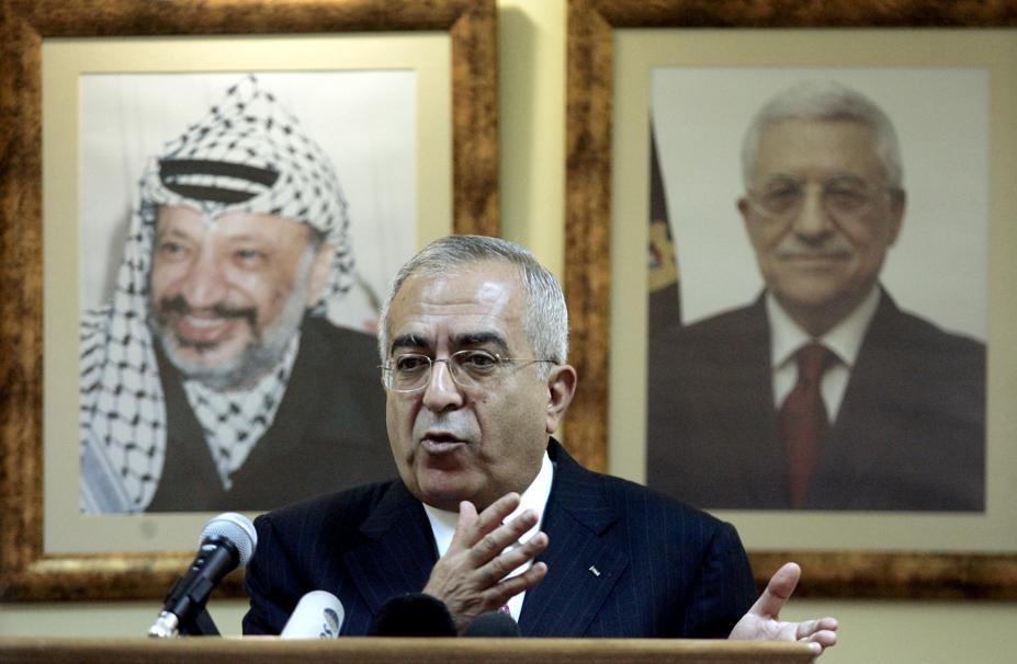 Le premier ministre palestinien Salam Fayyad lors d'une conférence de presse à Ramallah. Derrière lui sont affichés les portraits du président Mahmoud Abbas (à droite) et de l'ancien leader palestinien Yasser Arafat (AFP).