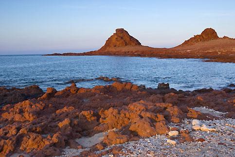 Les fonds marins de la pointe coralienne de Dihamri, ci-dessous, recèlent une faune exceptionnelle.