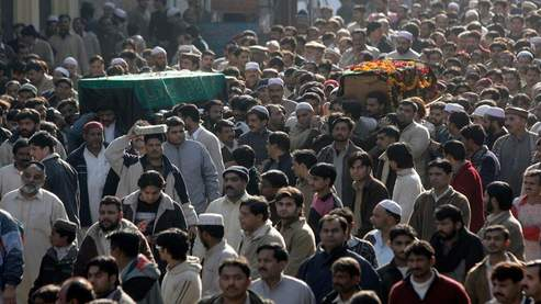 Le cercueil de bois de Benazir Bhutto a été porté par ses partisans du Parti du peuple pakistanais (PPP), dans son fief familial de Garhi Khuda Baksh. (AFP)