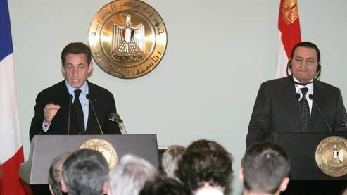 Nicolas Sarkozy et Hosni Moubarak au cours d'une conférence de presse commune, dimanche au Caire. (Guez/AFP)