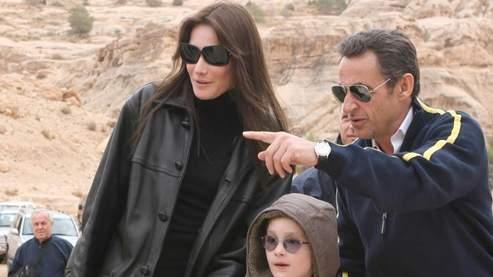 Le président français s'est laissé photographier avec le fils de Carla Bruni, sa nouvelle compagne.(Yussef Allan / AFP)