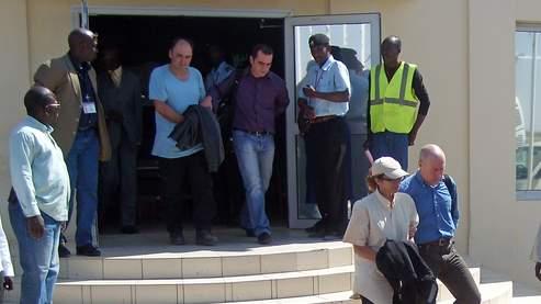 Nadia Merimi et Dominique Aubry au moment de leur transfèrement vers la France le 28 décembre 2007. (AFP/Kaya)