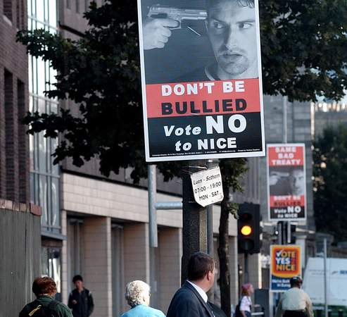 En 2001, les électeurs irlandais avaient rejeté par référendum le traité de Nice, avant de le ratifier deux ans plus tard.