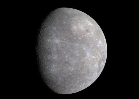 Elle semble de prime abord blanche comme la Lune, mais Mercure est en fait subtilement colorée. Cette image montre ces teintes pastel dans des longueurs d'onde de 1000 à 430 nanomètres, là où l'œil humain ne peut saisir que le spectre de 400 à 700 nanomètres. Les traces bleues révèlent les cratères les plus récents.
