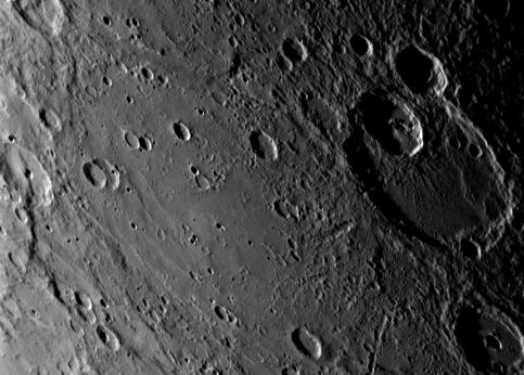 Un Français a laissé une trace sur Mercure. Il s'agit du peintre Henri Matisse, qui a donné son nom au cratère situé à droite sur cette photo. Sur Mercure, les objets sont nommés d'après de grands artistes.