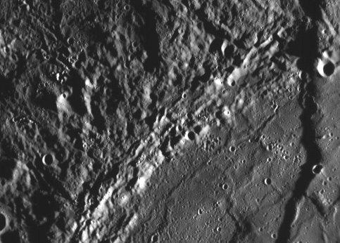 Cette image, large de 200km, met en évidence d'importants escarpements.