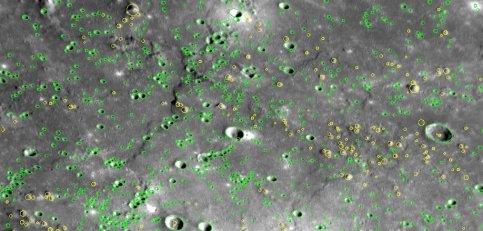 Les chercheurs de la Nasa ont d'ores et déjà commencé à dénombrer les cratères. Cette image en contient 763 (en vert), ainsi que 189 collines (en jaune). Il y a en tout 491 clichés à étudier… Calculer la densité des cratères permet notamment d'avoir une idée de l'âge de la zone considérée.