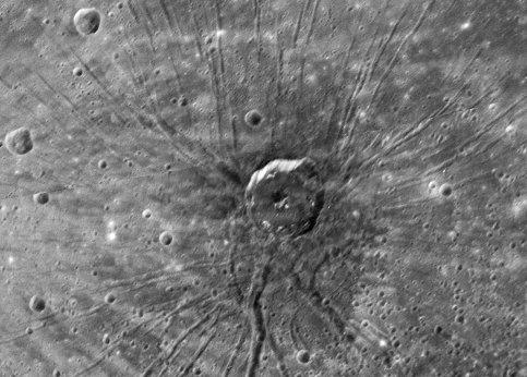 Parmi les détails qui ont surpris les chercheurs se trouve cette étrange formation géologique. La Nasa a surnommé ces rayons centrés sur un cratère « The Spider » (l'Araignée). Ils ne savent pas encore si les fractures et le cratère sont liés. Quoiqu'il en soit, ce phénomène n'a été observé ni sur la Lune, ni sur Terre.