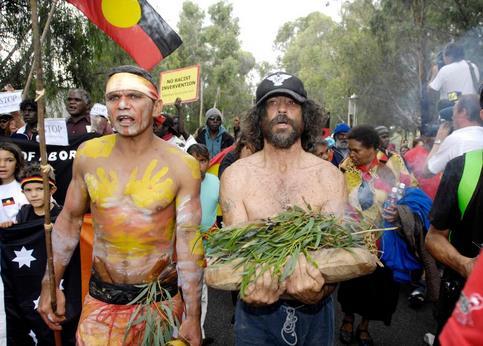 Près de 500 manifestants se sont également rassemblés sur les pelouses du Parlement pour réclamer davantage de droits aux Aborigènes.