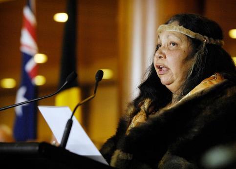 Drapée dans une cape de fourrure, Matilda House-Williams a expliqué aux parlementaires que «le bâton message est un moyen de communication utilisé depuis des milliers d'années par les Aborigènes pour raconter l'histoire de notre peuple».<br>Elle a rappelé que lors de l'inauguration de l'ancien bâtiment du Parlement il y a 80 ans, un Aborigène avait été expulsé par la police. «Je suis aujourd'hui devant vous dans la même vénérable institution, en tenue de cérémonie, pieds nus, mais honorée et bienvenue», a-t-elle déclaré.
