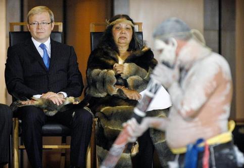 <br>Une vieille femme de la tribu de Ngambri tribe, propriétaire coutumier du terrain sur lequel est construit le bâtiment du Parlement, a mené cette cérémonie de «bienvenue au pays» au cours de laquelle «un bâton message», présent traditionnel, a été remis au premier ministre travailliste, Kevin Rudd.
