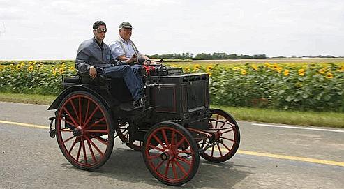 La Panhard & Levassor de 1892 est conduite par Nicolas Bourianne et Robert Panhard. Une quarantaine de voitures anciennes ont rejoué la première course automobile au monde datant de 1895. Au départ de Bordeaux ces véhicules doivent aller jusqu' à Paris. (Alain Aubert/ Le Figaro)