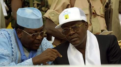 L'ex-président Lol Mahamat Choua (en haut à gauche, en 2001, avec Idriss Déby) a été kidnappé par la garde présidentielle le jour du reflux des rebelles. Nombre d'entre-eux ont été emprisonnés (en bas). (AFP)