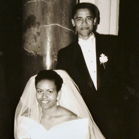 A l'été 1989, Barack Obama rencontre de Michelle Robinson, avocate associée dans le cabinet où il fait son stage de fin d'études. Leur mariage en 2002 marque la réunion de trois familles : les blancs du Kansas et les Africains du Kenya côté Barack, et les Afro-américains de Chicago, pour Michelle.  <br />Le couple aura deux filles, Malia Ann, née en 1999 et Sasha, née en 2001. <br />Michelle Obama occupe aujourd&rsquo;hui le poste de vice-présidente de l&rsquo;hôpital universitaire de Chicago. &nbsp;&raquo; /></font></strong></p> <p><font face=