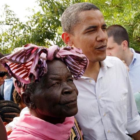 En août 2006, Barack Obama effectue son 3e voyage officiel en tant que sénateur au Kenya. Il est accueilli par une foule qui chante ''Come to us, Obama''. <br />À cette occasion, il retrouve l&rsquo;un de ses principaux soutiens, son autre grand-mère toujours en vie, Sarah Hussein.&nbsp;&raquo; /></font></strong></p> <p><font face=