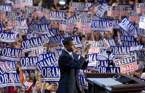 Impressionné par les qualités oratoires du jeune sénateur, le candidat à la présidentielle, John Kerry, lui demande de prononcer le traditionnel discours-programme de la convention démocrate à Boston, le 27 juillet 2004. <br />En dix-sept minutes, le destin politique de Barack Obama bascule. &nbsp;&raquo;Il n&rsquo;y a pas une Amérique de gauche et une Amérique conservatrice, il y a des Etats-Unis d&rsquo;Amérique&nbsp;&raquo;, déclare-t-il avant d&rsquo;évoquer &nbsp;&raquo;l&rsquo;espoir d&rsquo;un enfant maigre portant un nom bizarre qui croit que l&rsquo;Amérique a aussi une place pour lui&nbsp;&raquo;. Tonnerre d&rsquo;applaudissements. <br />Peu après cet événement, commencent à fleurir des badges &nbsp;&raquo;Obama 2008&nbsp;&raquo;. <br />Face à cette popularité croissante, une maison d&rsquo;édition lui fait signer un contrat de 1.9 millions de dollars pour écrire trois livres.  &nbsp;&raquo; /></font></strong></p> <p><font face=