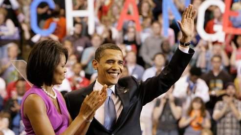 Le 3 juin 2008, Barack Obama décroche mathématiquement l'investiture démocrate. Quatre jour plus tard, sa rivale Hillary Clinton annonce son retrait de la course et appelle ses partisans à ''travailler dur'' pour Barack Obama.