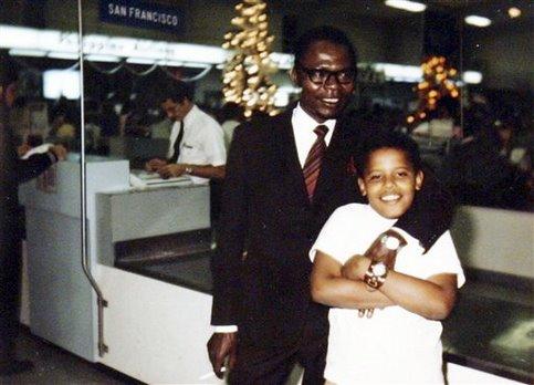 Barack ne reverra qu'une seule fois son père avant sa mort, dans un accident de voiture, en 1982. <br />Dans ses mémoires, &nbsp;&raquo;Les rêves de mon père&nbsp;&raquo;, il évoquera longuement le bouleversement suscité par cette mort accidentelle et par l&rsquo;absence d&rsquo;une figure paternelle. &nbsp;&raquo; /></font></strong></p> <p><font face=