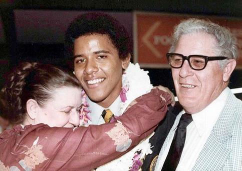 A 10 ans, ''Barry'', comme on le surnomme à l'époque, rentre à Hawaï pour vivre chez ses grands-parents et jouir d'une meilleure scolarité, dans la prestigieuse école Punahou.  <br />Sa grand-mère, Madelyn Dunham, s&rsquo;occupera de lui après la mort de sa mère d&rsquo;un cancer. <br />Décédée la veille du scrutin présidentiel à 86 ans, Barack Obama la définira comme &nbsp;&raquo;la pierre angulaire&nbsp;&raquo; de sa famille. &nbsp;&raquo; /></font></strong></p> <p><font face=