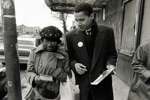 À la mort de son père, Barack Obama démissionne pour devenir animateur social. Après 6 mois de chômage, il trouve enfin un poste dans les quartiers sud de Chicago. <br />Pendant deux ans, il découvre la réalité de la vie des communautés noires dans les zones les plus pauvres.  &nbsp;&raquo; /></font></strong></p> <p><font face=