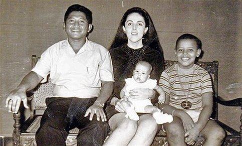 Le couple se sépare alors que Barack n'a que deux ans. Son père rentre au pays.  <br />De 6 à 10 ans, le jeune Barack suit sa mère en Indonésie, à Djakarta où elle se remarie à un étudiant indonésien et donne naissance à Maya, sa demi-sœur.&nbsp;&raquo; /></font></strong></p> <p><font face=