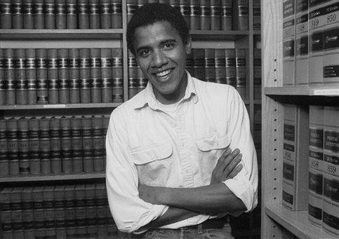 Cinq ans plus tard, il quitte son emploi pour reprendre ses études de droit, à Harvard, comme son père. <br />Il devient le premier métis de l&rsquo;histoire de l&rsquo;école à diriger la prestigieuse revue de droit, Harvard Law Review.&nbsp;&raquo; /></font></strong></p> <p><font face=