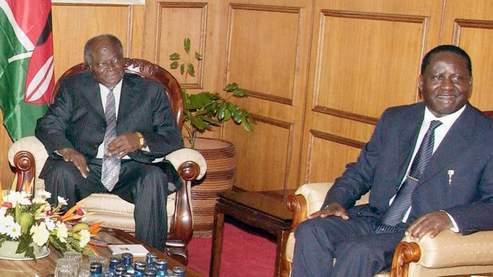 Mwai kibaki (à gauche) et Raila Odinga (à droite), émus, ont paraphé un document de plusieurs pages lors d'une cérémonie publique. «Chacun a sa place au Kenya, si nous mettons en valeur la paix et la tolérance» a souligné le président kenyan. AFP