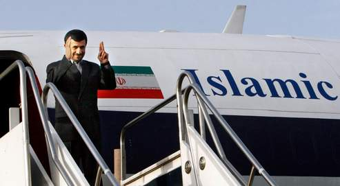 L'avion du président iranien, en provenance de Téhéran, a atterri dimanche matin à l'aéroport international de Bagdad. (AP)