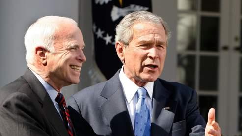 John McCain et George W. Bush. (AFP).