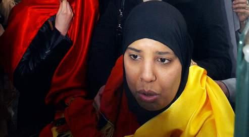 Jeune musulmane arborant un drapeau belge lors d'une manifestation à Bruxelles en 2004.