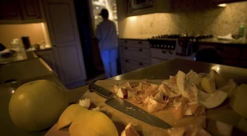 une somnambule, dans sa cuisine, cherche de la nourriture dans son réfrigerateur apres avoir coupe un pamplemousse. Longtemps resté mystérieux, le somnambulisme touche environ 2% des adultes, mais plus de 20% des enfants y sont sujets à un moment donné.