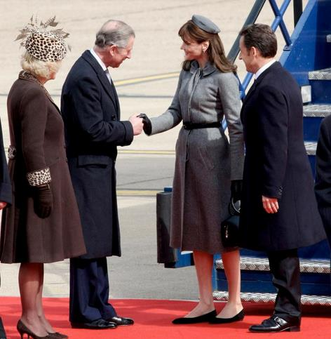 A sa descente de l'avion, le couple Sarkozy a �t� accueilli par le prince Charles et son �pouse Camilla.
