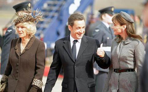 Ils ont ensuite pris la direction du village de Windsor, pour retrouver la reine Elizabeth II et son �poux le duc d'Edimbourg.