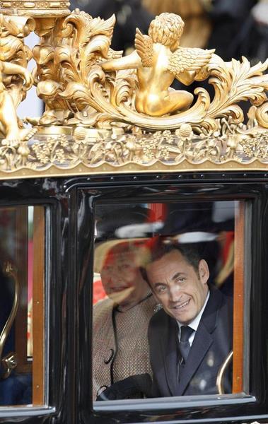 Nicolas Sarkozy a pris place aux c�t�s de la reine dans un carrosse tir� par six chevaux...tandis que son �pouse Carla voyageait dans un autre carrosse avec le prince Philip.