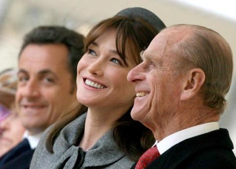 Carla Bruni-Sarkozy �change une plaisanterie avec le prince Philip, sous l��il attentif du chef de l�Etat.