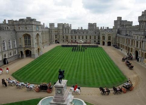 Les trois carrosses p�n�trent dans la cour du ch�teau de Windsor.