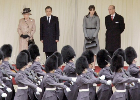 Le pr�sident de la R�publique et son �pouse inspectent en compagnie d�Elizabeth II et du Prince Philip, la garde d�honneur du ch�teau de Windsor.